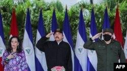 Прэзыдэнт Даніэль Артэга (у цэнтры) і яго жонка і віцэ-прэзыдэнт Расарыё Мурыльё. Верасень 2020