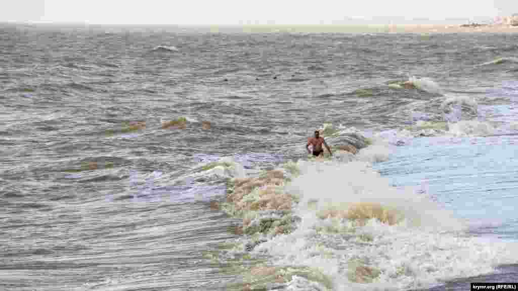 Знаходяться сміливці, які готові купатися в морі в таку холодну пору