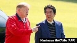 ابه (سمت راست) روابط نزدیکی با ترامپ دارد؛ گزارشها حاکیست او تصمیم نهایی خود به سفر به تهران را موکول به سفر ترامپ به ژاپن و رایزنی با رئیسجمهوری آمریکا کرده بود