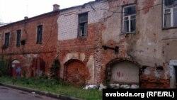 Занядбаны будынак за сто мэтраў ад параднай Ленінскай вуліцы