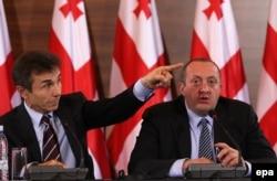 Бидзина Иванишвилидің (сол жақта) Грузия премьері болған кезіндегі ел президенті Геогрий Маргвелашвилидің қасында отырған суреті. Тблиси, 28 қараша 2013 жыл.
