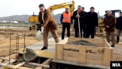 Премиерот Никола Груевски на поставување камен темелник за изградба на фабрика за печурки во Свети Николе.