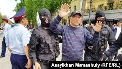 Задержание граждан на аллее у театра оперы и балета. Алматы, 5 мая 2018 года.