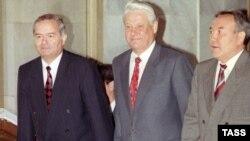 Өзбекстан президенті Ислам Каримов, Ресей президенті Борис Ельцин (ортада) және Қазақстан президенті Нұрсұлтан Назарбаев. Ташкент, 1992 жыл.