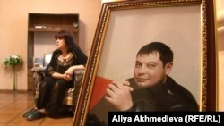 Мать Дмитрия, Елена Яковенко, на фоне портрета сына. Алматинская область, 3 сентября 2015 года.