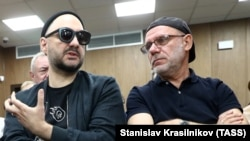 Kirill Serebrennikov (left) and former Gogol Center director Aleksei Malobrodsky attend a court hearing in Moscow on September 11.