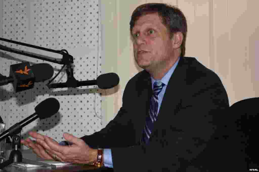 """АКШ президентинин өкүлү """"Азаттыктын"""" жамааты менен жолугушту - Жолугушуунун соңунда Майкл Макфол """"Азаттыкка"""" интервью берди."""