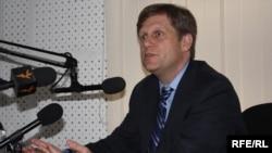 АҚШ президентининг миллий хавфсизлик масаласи бўйича ёрдамчиси Майкл Макфол Озодлик радиоси Бишкек бюросида саволларга жавоб бермоқда.