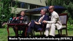Голова Одеської ОДА Міхеїл Саакашвілі (ліворуч) під час зустрічі з послом США Джеффрі Пайєттом (посередині). Одеса, 6 липня 2015 року