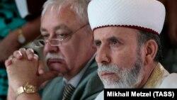 Глава парламентского комитета по межнациональным отношениям Юрий Гемпель (л) и крымский муфтий Эмирали Аблаев (п)