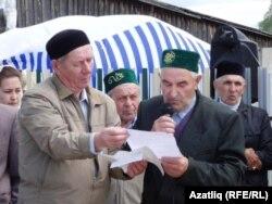 Мәчет эшендә актив катнашучы Шакир Мәхмүтов һәм имам Рәшит Галиев
