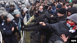 Imagine de arhivă: ciocniri între protestatari și poliție în fața parlamentului de la Sofia, ianuarie 2009.