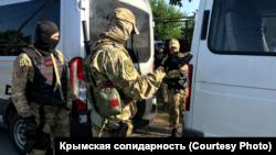 Обыски в домах крымских татар. Поселок Октябрьское, 7 июля 2020 года