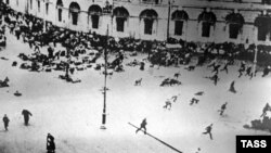 1917 елның июль ае, Петроградта демонстрантларны көч белән куып тарату күренеше (Невский проспект һәм Садовая урамы киселеше)