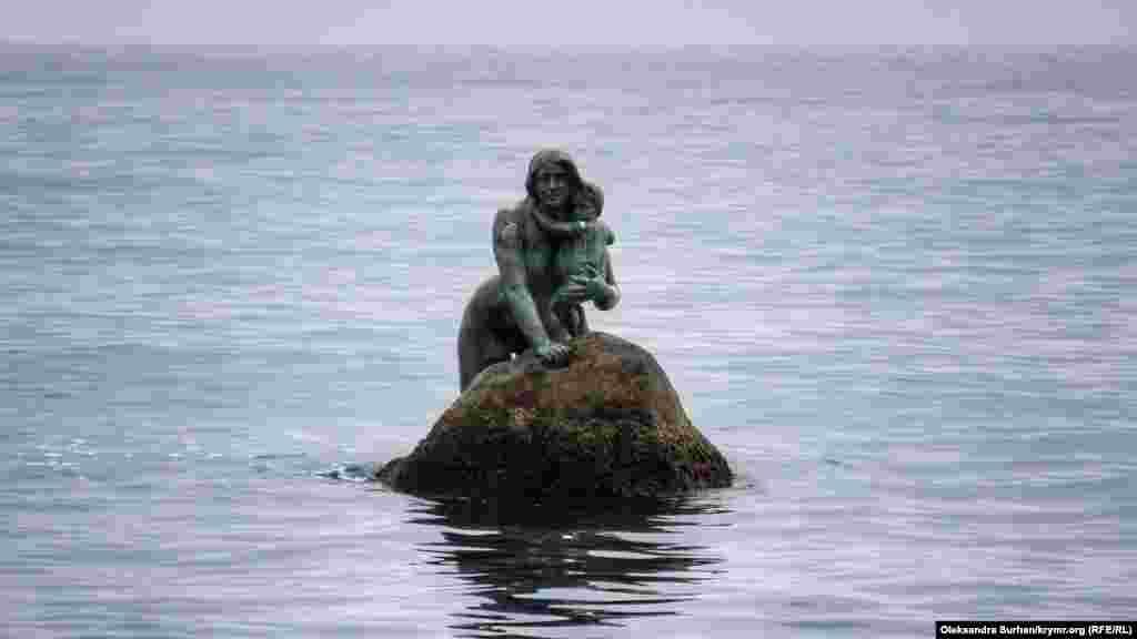 Скульптура русалки посреди моря. Согласно легенде, когда девушка Арзы бросилась с башни, через некоторое время возле берегов Мисхора люди заметили русалку с малышом на руках