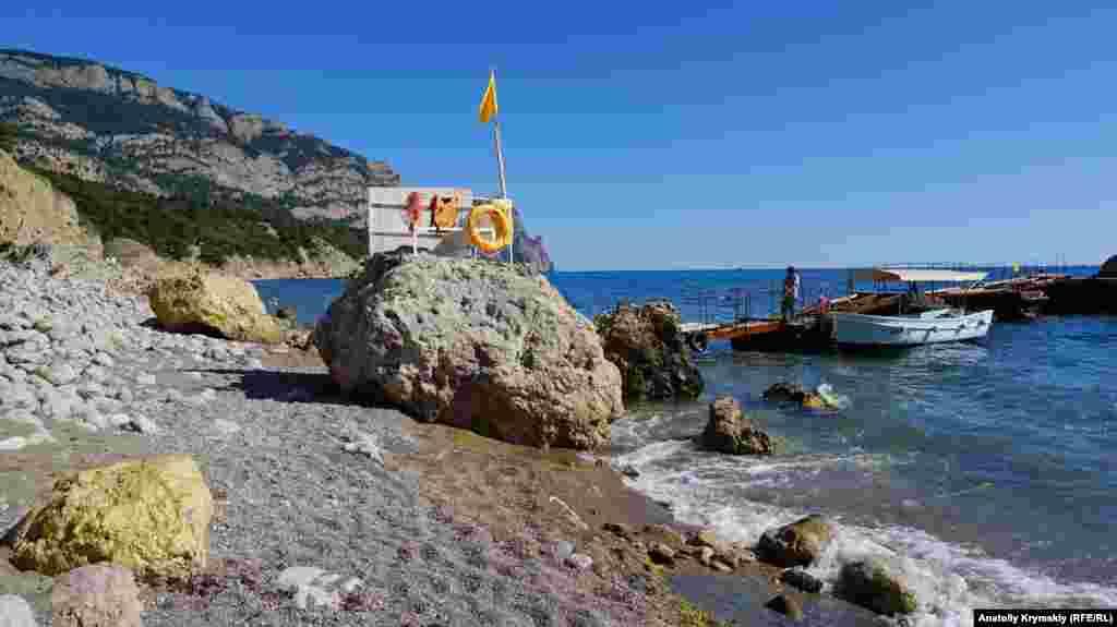 На Золотом пляже некоторые валуны выкрасили в золотистый цвет