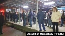 Жанболат Мамайдың жақтастары Қарасай аудандық полиция бөлімшесінің алдында тұр. Қаскелең, 22 ақпан 2020 жыл.