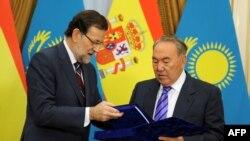 Президент Казахстана Нурсултан Назарбаев (справа) и премьер-министр Испании Мариано Рахой. Астана, 30 сентября 2013 года.