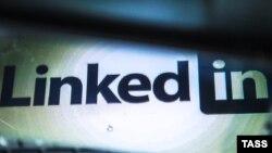 Логотип социальной сети LinkedIn в мобильной устройстве.