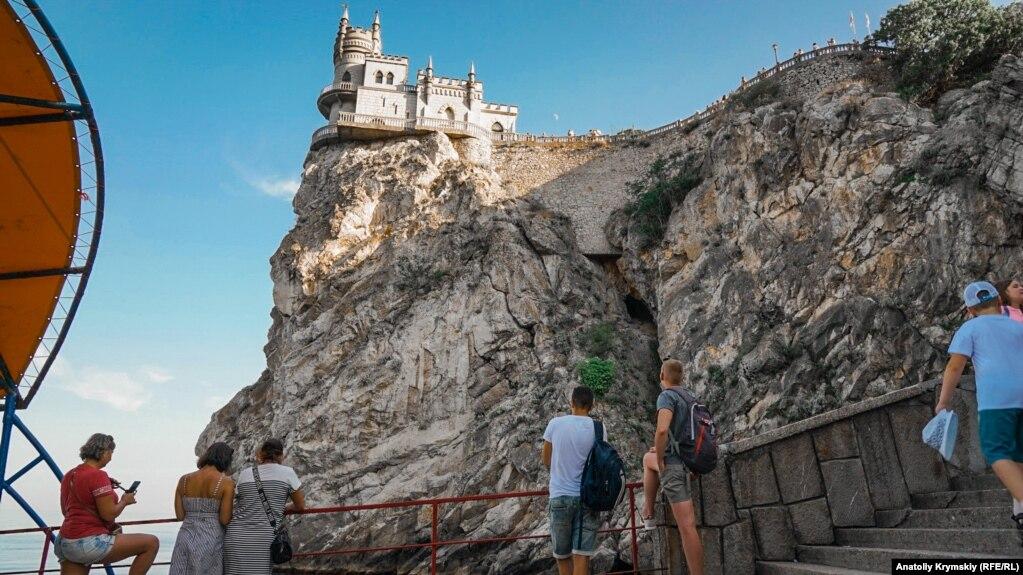 «Ласточкино гнездо» расположено на 40-метровой скале Аврора мыса Ай-Тодор в пределах поселка Гаспра