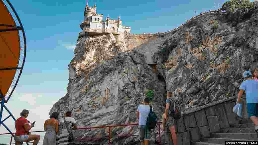 «Ластівчине гніздо» розташоване на 40-метровій Аврориної скелі мису Ай-Тодор в межах селища Гаспра
