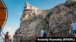 «Ласточкино гнездо» расположено на 40-метровой Аврориной скале мыса Ай-Тодор в пределах поселка Гаспра