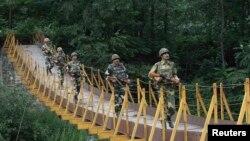 Індійські солдати охороняють територію біля Лінії контролю, що розділяє Кашмір на індійську і пакистанську частини, 8 серпня 2013 року