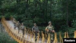 Индийские пограничные войска на линии сдерживания огня на границе с Пакистаном в штате Кашмир. Иллюстративное фото.