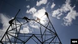 Афганские рабочие устанавливают столбы электроэнергии в районе Падхаб провинции Логар. 20 февраля, 2015 года. Иллюстративное фото.