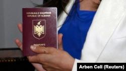 Pasaportë shqiptare, fotografi nga arkivi