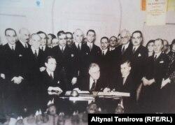Церемония подписания Пакта Рериха. В центре – президент Рузвельт, справа от него – Генри Уоллес. Вашингтон, Белый Дом. 15 апреля 1935 года.