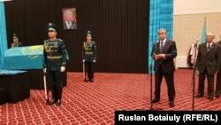 Председатель сената Касым-Жомарт Токаев читает телеграмму президента страны Нурсултана Назарбаева на похоронах Кекильбаева. Астана, 13 декабря 2015 года.