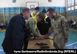 Мариуполь: за ходом соревнований следят школьные наставники и военные инструкторы
