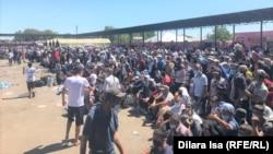 Столпотворение на автовокзале вблизи контрольно-пропускного пункта «Жибек Жолы», где сотни мигрантов ожидают разрешения на въезд в Узбекистан. Сарыагашский район, Туркестанская область, 3 июля 2020 года.