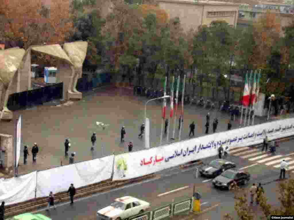 صفبندی نیروهای امنیتی در برابر در بزرگ دانشگاه تهران - گالری عکس و فیلم