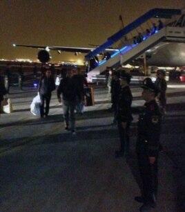 مسافران در حال خروج از هواپیمای دچار نقص فنیشده/ عکس ارسالی یکی از مسافران