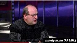 Քաղաքական և ընտրական տեխնոլոգիաների փորձագետ Արմեն Բադալյանը «Ազատություն TV»-ի տաղավարում, 16-ը հունվարի, 2015թ.