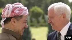 Yragyň Kürdüstan regionynyň prezidenti Mesud Barzani (çepde) ABŞ-niň Goranmak sekretary Robert Geýts bilen duşuşýar, 29-nji iýul, 2009 ý.