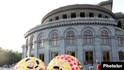 Здание Оперного театра на площади Свободы в Ереване