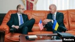Віце-президент США Джо Байден (Л) і прем'єр-міністр України Арсеній Яценюк. Архівне фото