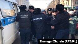Полиция Ақтөбенің орталық көшесінде адамдардың бірін ұстап жатыр. 22 ақпан 2020 жыл.