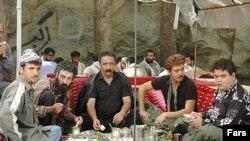 بر خلاف انتظار اهل فن، بازیگرانی چون اکبر عبدی و امین حیایی در این فیلم بازی کرده اند.