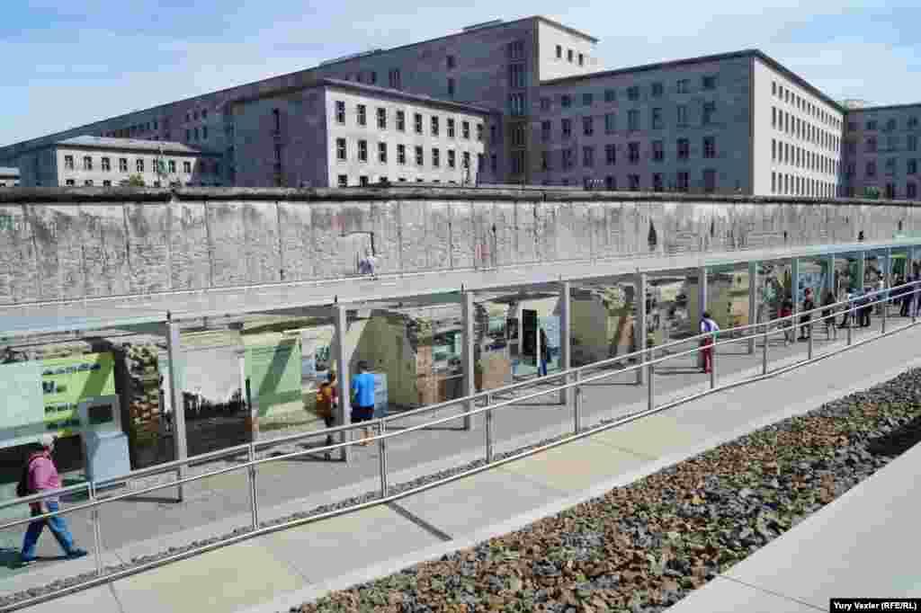 «Слоеный пирог» истории: на переднем плане - раскопанные подвалы гестапо и постоянная выставка, далее остатки Берлинской стены, на дальнем плане - фрагмент здания бывшего нацистского министерства воздушного флота.