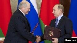Аляксандар Лукашэнка (зьлева) і Ўладзімер Пуцін у Крамлі, 15 сьнежня 2015 году