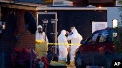 Працівники ФБР США у костюмах хімічного захисту оглядають будинок після серії рицинових отруєнь