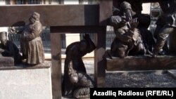 Parkın bir hissəsində isə karikaturaçı rəssam Əzim Əzimzadənin büstü və onun əsərlərinin personajlarından ibarət kompozisiya qoyulub
