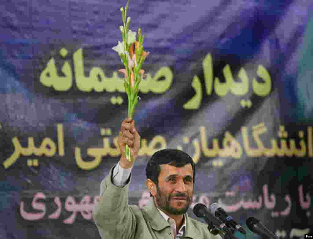 محمود احمدی نژاد، رییس جمهوری ایران، چهار روز بعد از برگزاری مراسم روز ۱۶ آذر توسط دانشجویان، در دانشگاه امیر کبیر حضور یافت و به ایراد سخنرانی پرداخت اما سخنان وی با اعتراض های شدید دانشجویان نسبت به عملکرد دولت جدید بارها قطع شد.