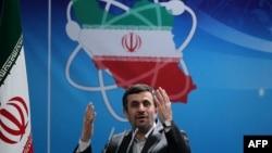 Иран президенті Махмуд Ахмадинежад ұлттық ядролық технология күніне арналған жиында сөйлеп тұр. Тегеран, 8 сәуір 2012 жыл.