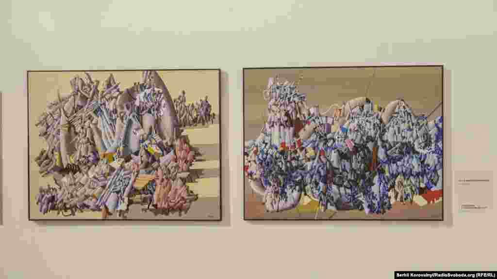 Полотна «Усі в одному хороводі» (ліворуч) та «Складний і гармонійний світ»