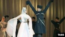 Нередко на праздничных мероприятиях можно увидеть не только старейшин, но и молодых ребят, разодетых в «цухъа» – черкеску